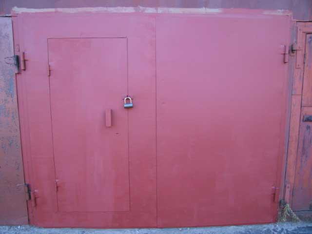 ворота гаражные с калиткой, еще не крашеные