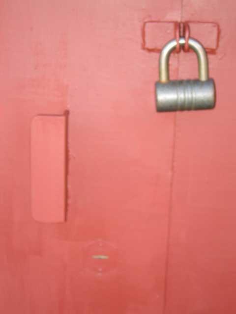 ворота гаражные, уши с замком и ручка