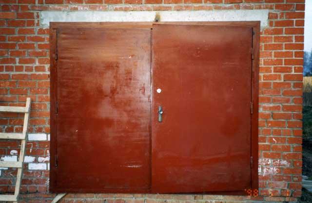 ворота гаражные без калитки, еще не крашеные
